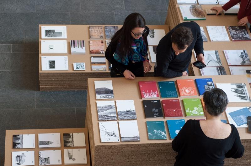 Angolo espositivo dei prodotti Didapress nell'atrio della sede di Santa Teresa