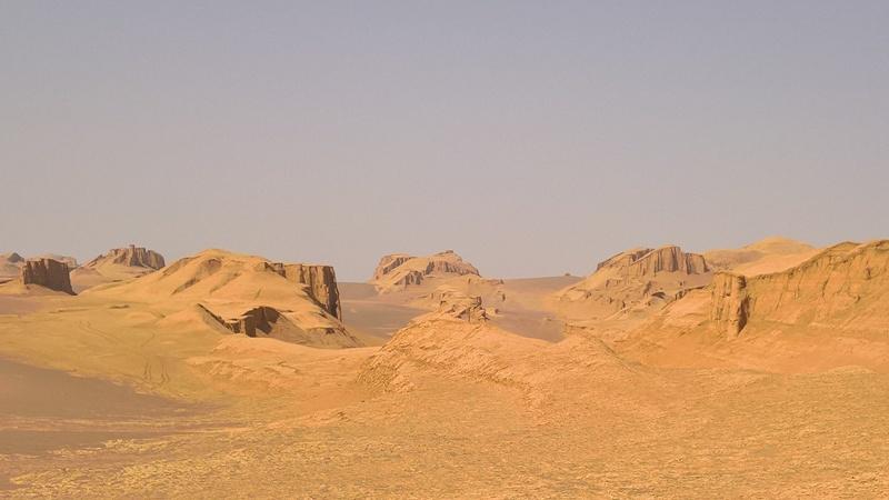 Il panorama dei Kalut, la parte occidentale del deserto di Lut, con i caratteristici depositi di fango compattato risalenti all'ultima  glaciazione
