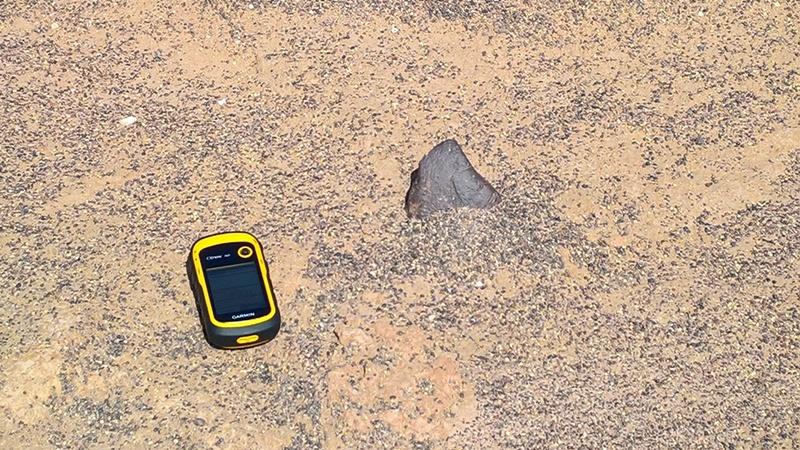 Uno dei primi esemplari rinvenuti sul terreno: si tratta di una condrite di circa 400 grammi in parte immersa nella sabbia