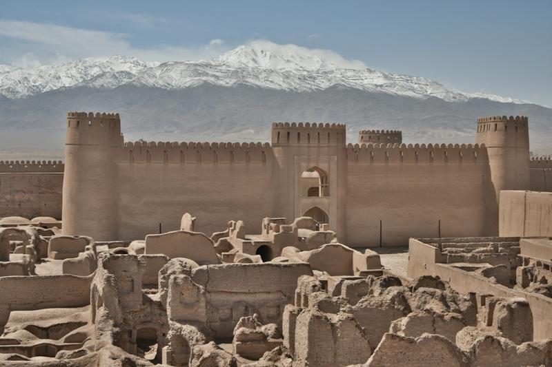 Il castello di Rayen con il massiccio di Hazaran (monti Zagros) sullo sfondo