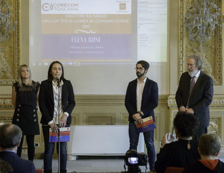 Elena Rosi al microfono. Accanto a lei Elena Favillli, premiata come comunicatrice toscana dell'anno, Daniele Mu ed Enzo Brogi