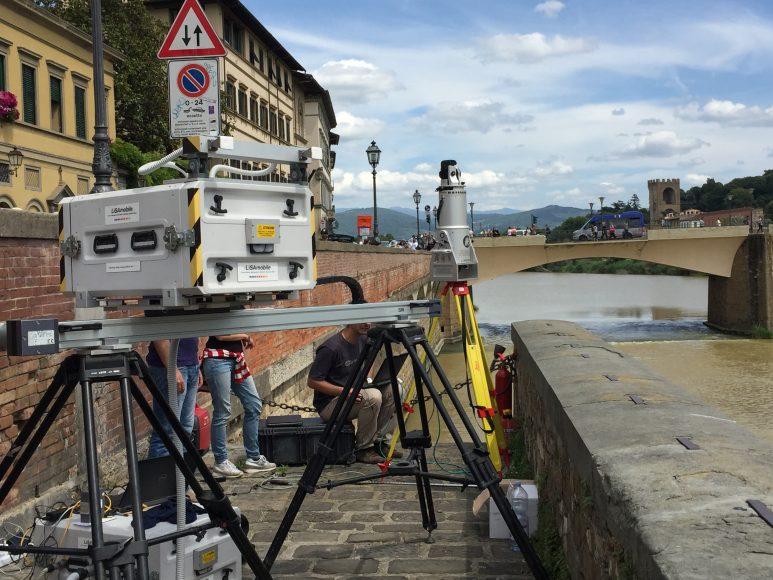 Firenze, Lungarno Torrigiani monitoraggio del cedimento della sede stradale