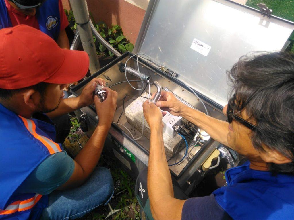 Installazione dei sensori.  A destra Maurizio Ripepe