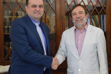 ray Oscar Eduardo Guayan Perdomo P.O.(a sinistra) stringe la mano al rettore Luigi Dei