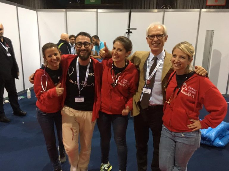 Il team di specializzandi Unifi e il professor Riccardo Pini