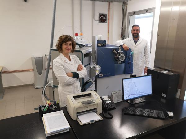 macchinario per la spettroscopia di massa con gli addetti Lara Massai e Alessandro Pratesi