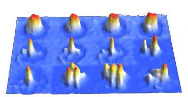 Nell'esperimento, l'evoluzione temporale (da sinistra a destra) della nuova fase con caratteristiche supersolide (riga centrale) appare tra un condensato di Bose-Einstein ordinario (riga in alto) e una già nota fase di gocce quantistiche disordinate (riga in basso). Si nota la formazione di una struttura periodica (qui nello spazio degli impulsi) fra una fase omogenea (la BEC) e una disordinata (le gocce)