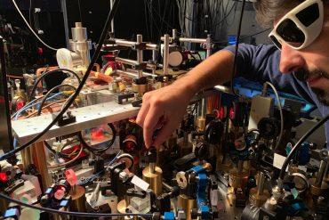 ricercatore al lavoro su apparato sperimentale che produce il supersolido