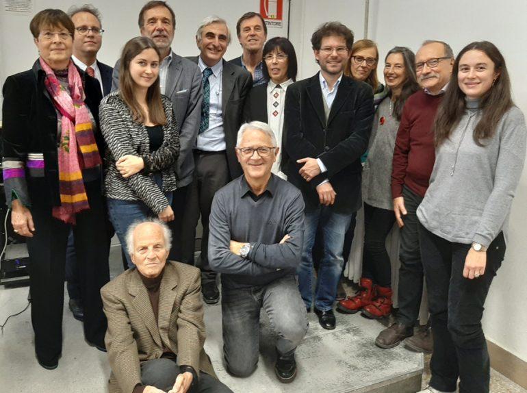 Nella foto, fra gli altri, in piedi da sinistra Vittoria Franco, vedova di de Bartolomeis, Adriano Tomassini, Nicoletta Tardini, il rettore Luigi Dei, Giorgio Ottaviani. Accanto a lui Antonella Nannicini. Terza da destra, Fiammetta Battaglia