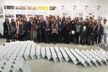 Gli studenti dell'Ateneo fiorentino, del Politecnico di Torino e della Tongji University alla fiera FutureLab a Shanghai; al centro il ministro Lorenzo Fioramonti