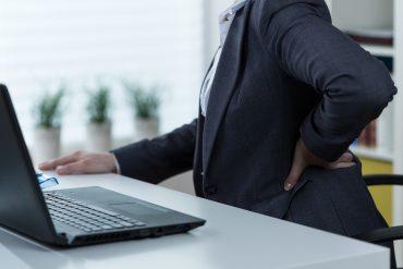 persona scrivania computer necessita moto