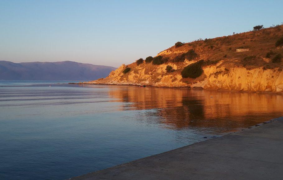Alba sulla spiaggia di Zvërnec