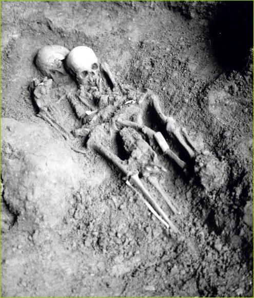 Inumazione bisoma Romito 1-2, risalente a 11-12.000 anni fa,  al momento della scoperta (1963). Sulla spalla della giovane donna (Romito 1) poggia la testa dell'individuo Romito 2, deceduto tra i 15 e i 20 anni di età, affetto da una grave forma di nanismo.