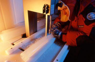 Severi impegnato nel taglio longitudinale di una carota di ghiaccio per la preparazione di un campione su cui procedere alle successive analisi chimiche