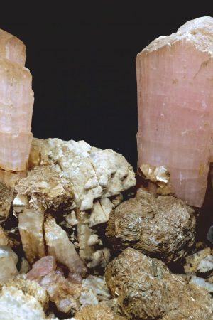 esemplare con due cristalli di elbaite rosa fascicolata