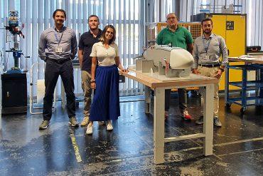 Gli studenti, Lorenzo Franchi e Irene Domina, al centro nella foto, assistono all'assemblaggio di un drone insieme al tutor universitario Luca Pugi e ai tutor aziendali, Giuseppe Mattei e Roberto Fiorenzani, durante il loro tirocinio in Sky Eye Systems. droni